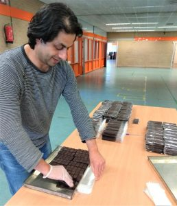 Mesjokke chocolade wordt ingepakt